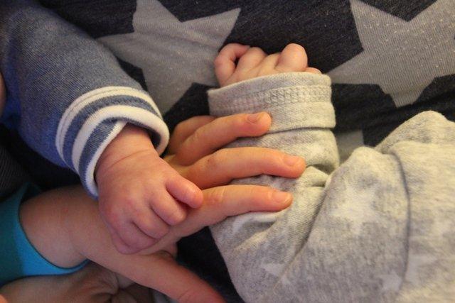 Große Geschwisterliebe! Ist Mottes Hand nicht riesig im Gegensatz zu den Zwillingen??