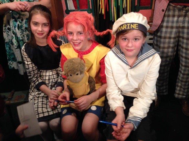 Pippi, Her Nilsson, Tommy und Annika nach der Vorstellung
